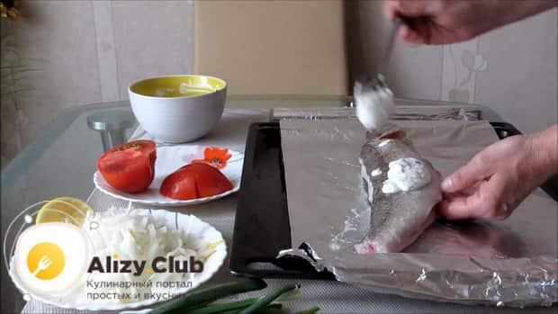 Для приготовления судака в духовке целиком. по рецепту смажьте рыбу соусом