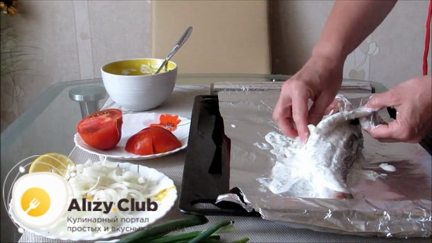 Для приготовления судака в духовке целиком. по рецепту выложите овощи