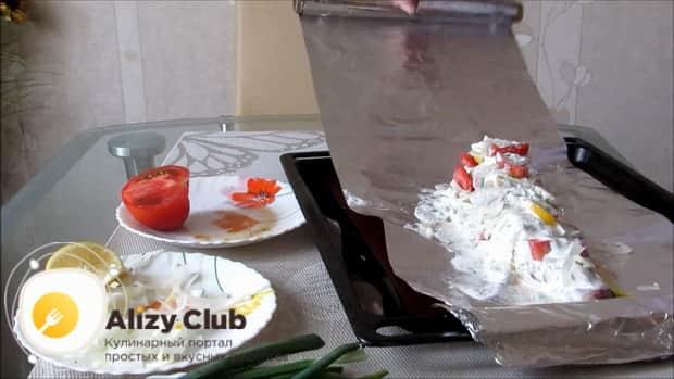 Для приготовления судака в духовке целиком. по рецепту заверните рыбу в фольгу