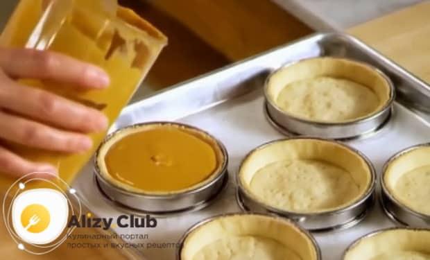 По рецепту для приготовления крем-брюле, выложите начинку в тарталетку