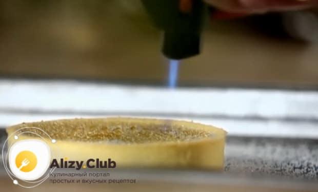 По рецепту для приготовления крем-брюле, расплавьте сахар