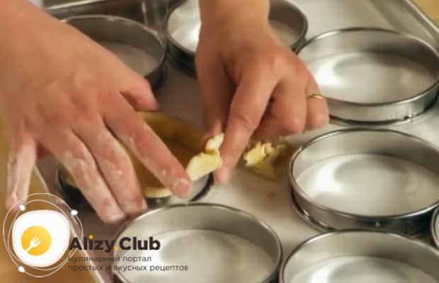 По рецепту для приготовления крем-брюле, приготовьте тпрталетки