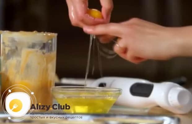 По рецепту для приготовления крем-брюле, отделите желток от белка