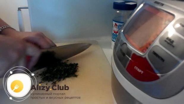 Для приготовления трески по польски по рецепту. нарежьте зелень