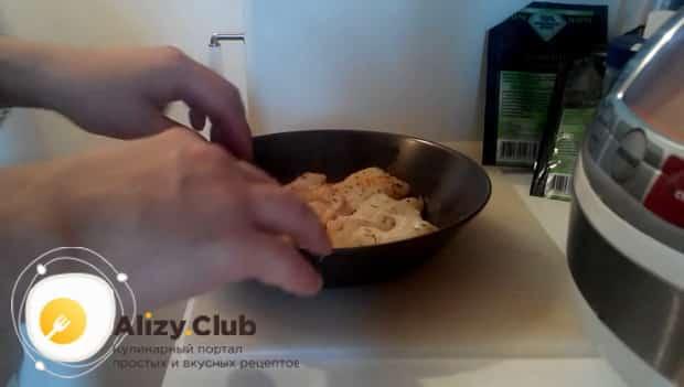 Для приготовления трески по польски по рецепту. добавьте в рыбу специи