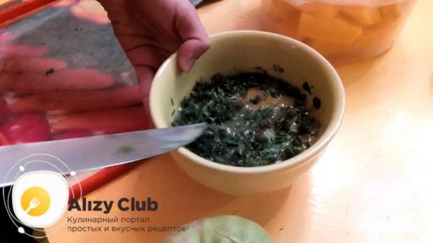 По рецепту для приготовления кольраби, соедините яйца с зеленью
