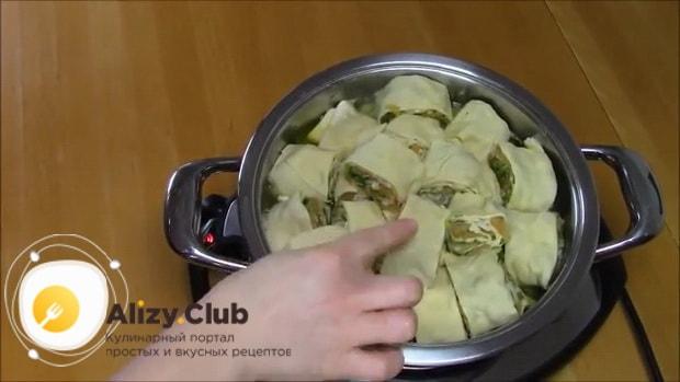 Для приготовления хинкала дагестанского с курицей. следуя рецепту с фото выложите рулет в кастрюлю