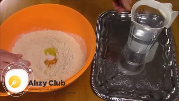 Для приготовления хинкала дагестанского с курицей. следуя рецепту с фото добавьте в муку яйца