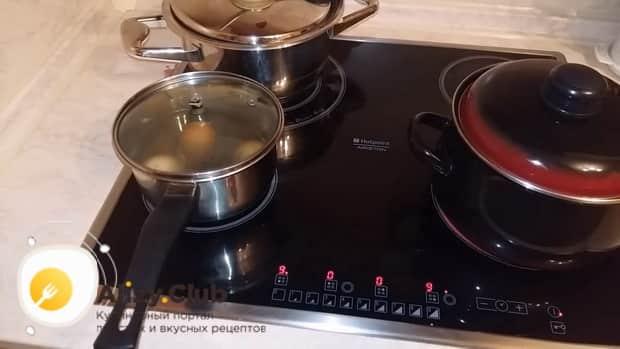 По рецепту для приготовления салата с кальмаром и свежим огурцом отварите яйца
