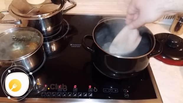 По рецепту для приготовления салата с кальмаром и свежим огурцом отварите ингредиенты