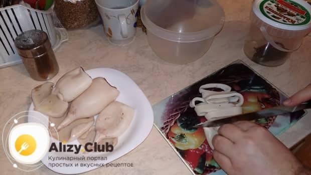 По рецепту для приготовления салата с кальмаром и свежим огурцом нарежьте ингредиенты