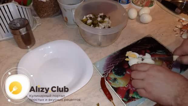 По рецепту для приготовления салата с кальмаром и свежим огурцом нарежьте яйца