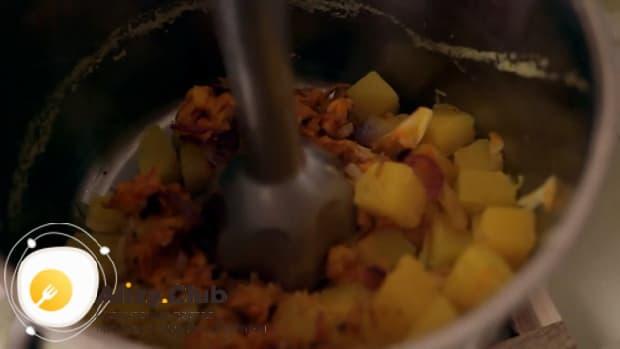 По рецепту для приготовления супа пюре из тыквы со сливками, измельчите ингредиенты