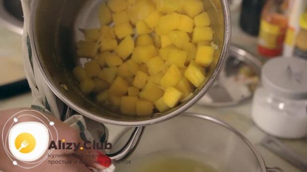 По рецепту для приготовления супа пюре из тыквы со сливками, слейте бульон