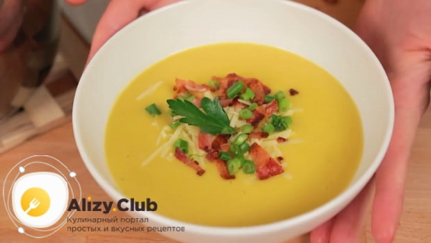По рецепту для приготовления супа пюре из тыквы со сливками, нарежьте зелень