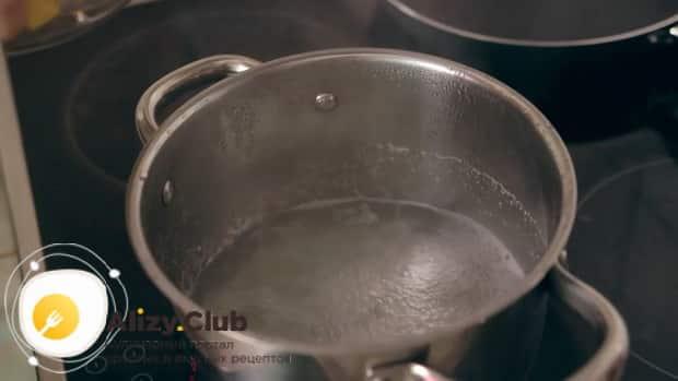 По рецепту для приготовления супа пюре из тыквы со сливками, разогрейте бульон