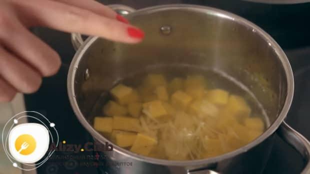 По рецепту для приготовления супа пюре из тыквы со сливками,  отварите ингредиенты