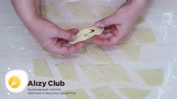 Для приготовления хвороста на сметане по рецепту, выверните тесто