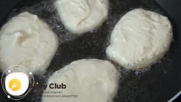 Для приготовления оладий на кислом молоке без яиц, разогрейте сковородку