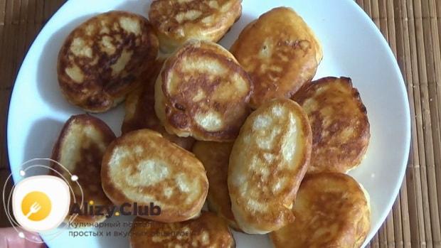 Для приготовления оладий на кислом молоке без яиц, подготовьте ингредиенты