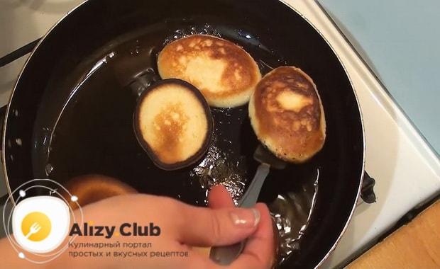 Для приготовления оладий на молоке, разогрейте сковородку