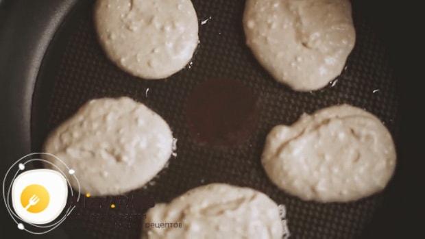 Для приготовления творожных оладий, обжарьте тесто