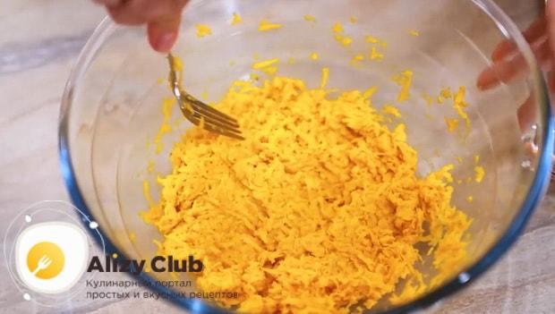 Для приготовления оладий с тыквой на кефире, смешайте ингредиенты