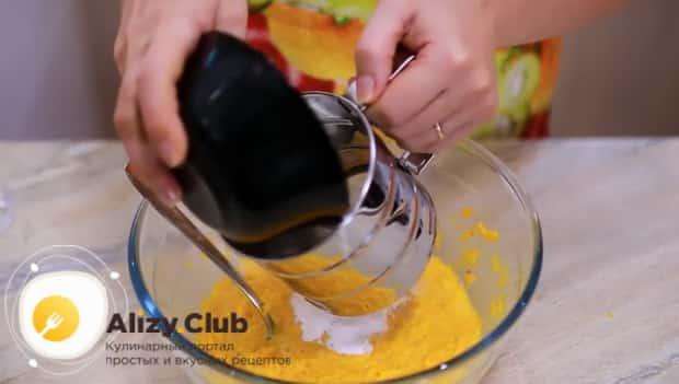 Для приготовления оладий с тыквой на кефире, добавьте муку