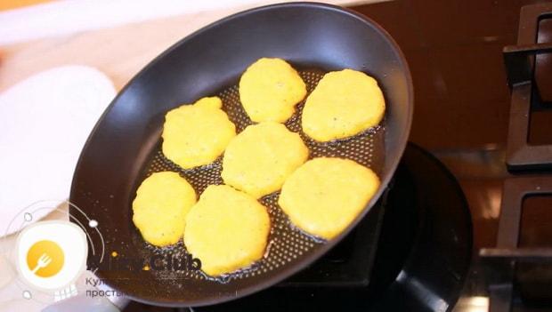 Для приготовления оладий с тыквой на кефире, разогрейте духовку
