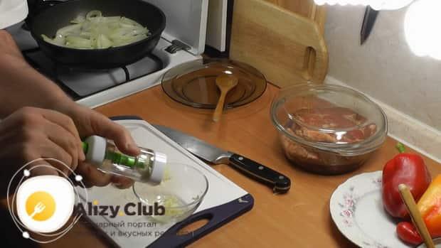 По рецепту для приготовления свиной шейки на сковороде, приготовьте заливку