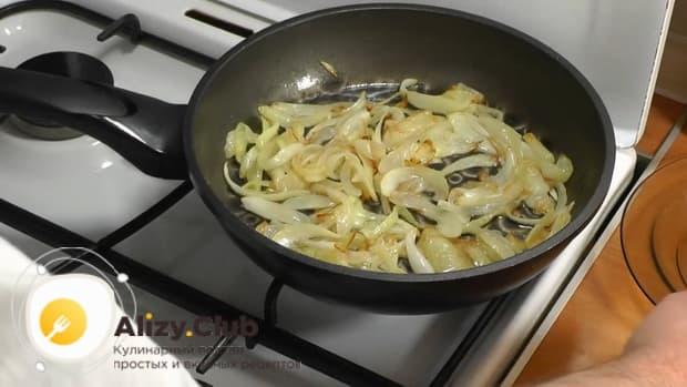 По рецепту для приготовления свиной шейки на сковороде, обжарьте лук