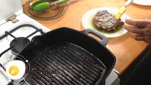 По рецепту для приготовления свиной шейки на сковороде, подготовьте ингредиенты
