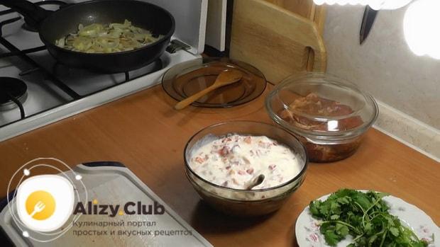 По рецепту для приготовления свиной шейки на сковороде, приготовьте салат