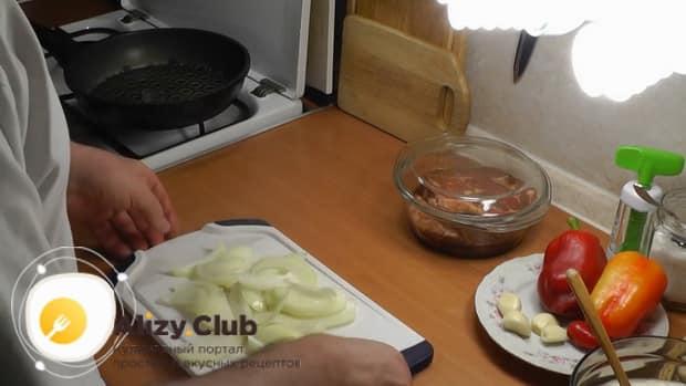 По рецепту для приготовления свиной шейки на сковороде, нарежьте мясо