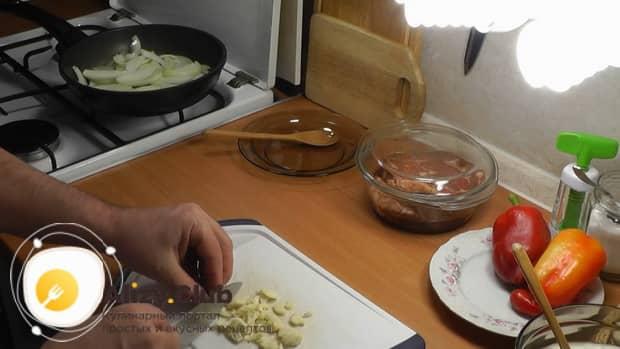 По рецепту для приготовления свиной шейки на сковороде, нарежьте чеснок