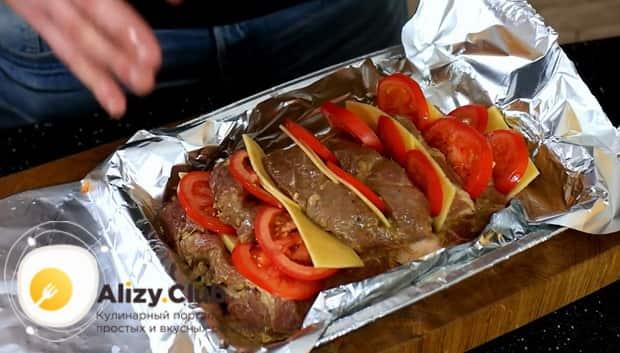 По рецепту для приготовления свиной шейки запеченной в духовке, соедините иннгредиенты