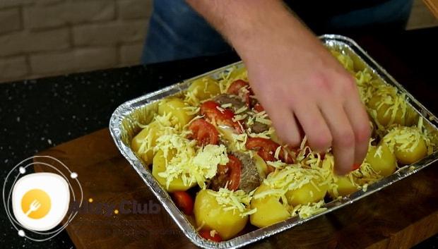 По рецепту для приготовления свиной шейки запеченной в духовке, подготовьте картофель