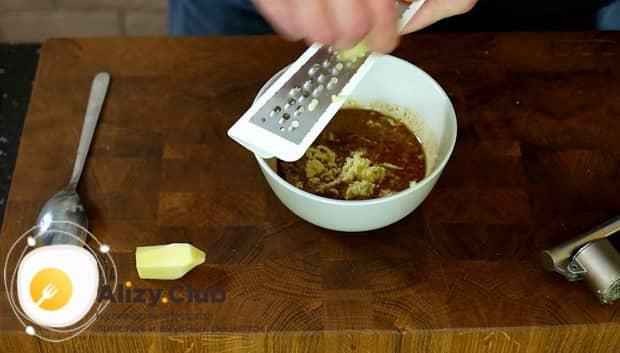 По рецепту для приготовления свиной шейки на сковороде, натрите чеснок
