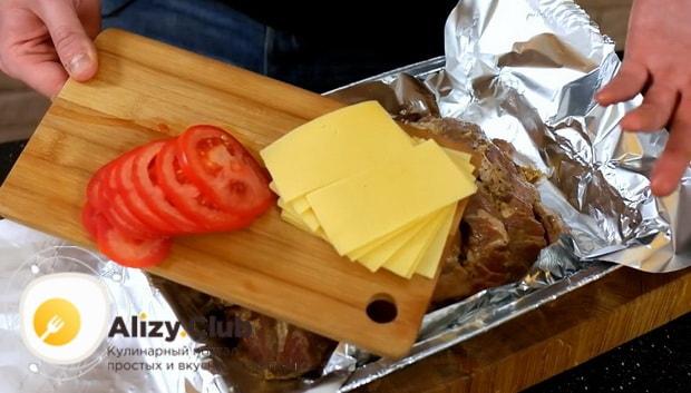 По рецепту для приготовления свиной шейки запеченной в духовке, нарежьте сыр