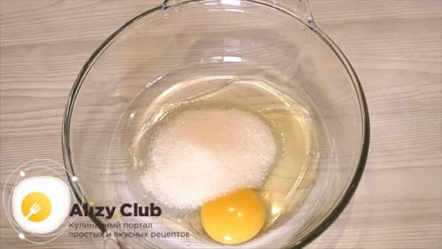Для приготовления пышных оладий на кефире по лучшему рецепту, смешайте яйца с сахаром