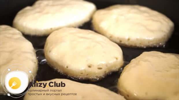 Для приготовления пышных оладий на кефире по лучшему рецепту, выложите тесто