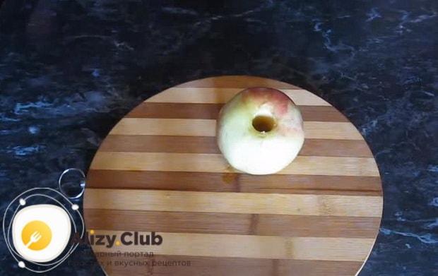 удаляем сердцевину в яблоке