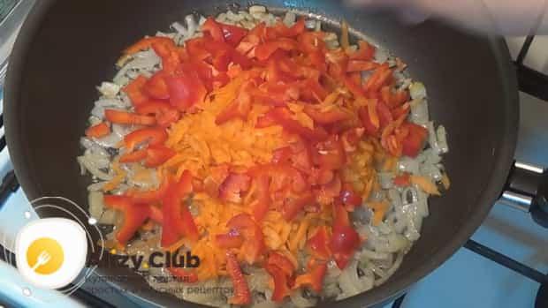 Для приготовления горбуши в духовке. по рецепту. обжарьте овощи
