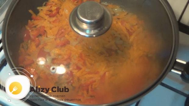 Для приготовления горбуши в духовке. по рецепту. протушите овощи