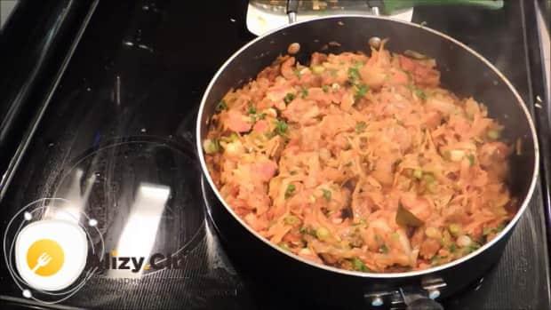 По рецепту. для приготовления тушенной капусты с мясом добавьте зеленый лук