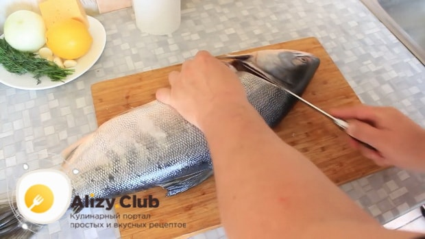 Для приготовления горбуши в духовке. по рецепту. очистите рыбу
