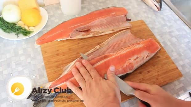 Для приготовления горбуши в духовке. по рецепту. нарежьте рыбу