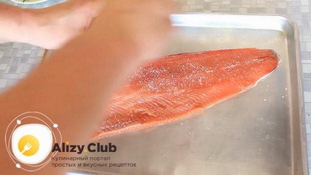 Для приготовления горбуши в духовке. по рецепту. посолите рыбу