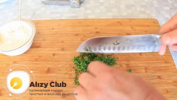 Для приготовления горбуши в духовке. по рецепту. нарежьте зелень