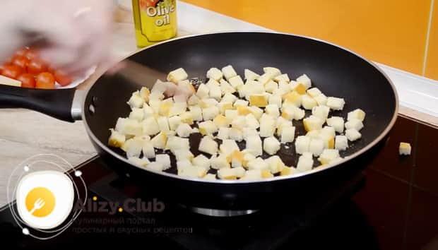 По простому рецепту для приготовления классического салата цезарь с креветками, обжарьте сухари